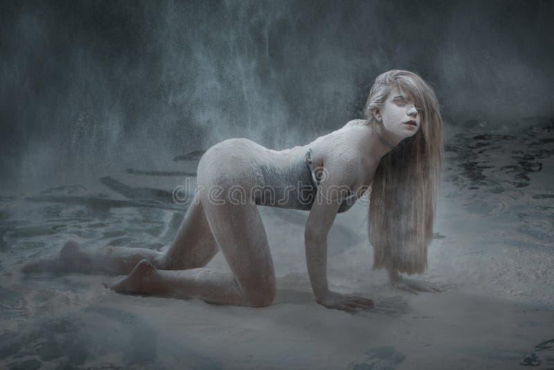 Κορίτσι στη σκόνη από το αλεύρι στοκ εικόνα