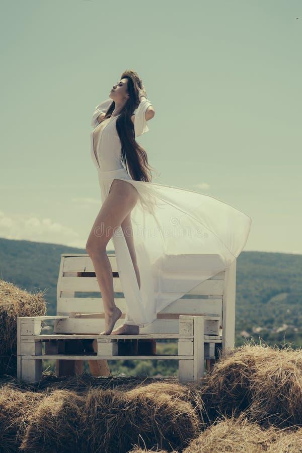 Κορίτσι στη στάση φορεμάτων στον ξύλινο πάγκο στοκ φωτογραφίες