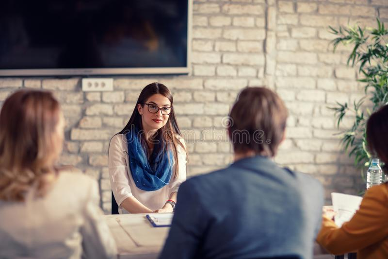 Κορίτσι στη συνέντευξη για την εργασία στοκ φωτογραφία με δικαίωμα ελεύθερης χρήσης