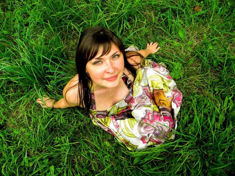 Κορίτσι στη χλόη στοκ φωτογραφίες με δικαίωμα ελεύθερης χρήσης