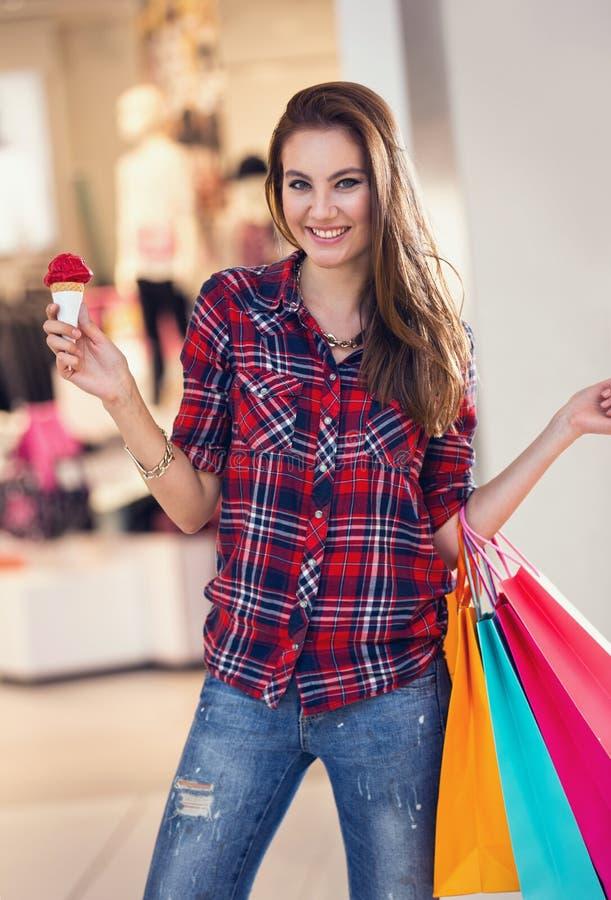 Κορίτσι στις αγορές με το παγωτό στοκ φωτογραφία με δικαίωμα ελεύθερης χρήσης