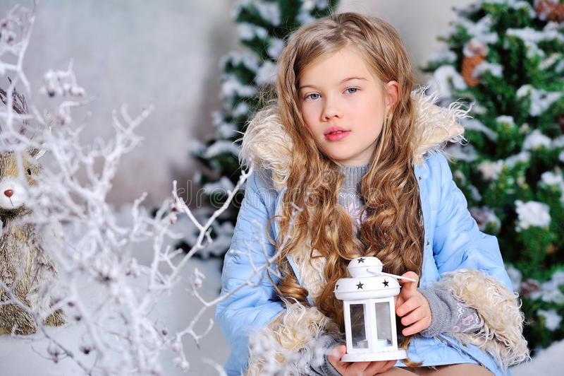 Κορίτσι στις διακοσμήσεις Χριστουγέννων στοκ φωτογραφία με δικαίωμα ελεύθερης χρήσης