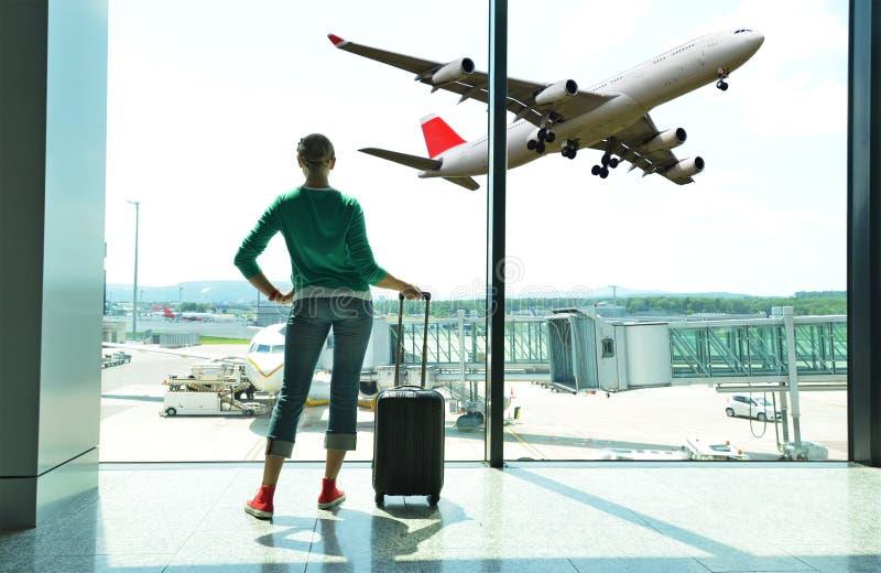 Κορίτσι στον αερολιμένα στοκ φωτογραφίες με δικαίωμα ελεύθερης χρήσης