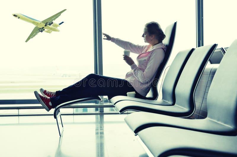 Κορίτσι στον αερολιμένα στοκ εικόνες με δικαίωμα ελεύθερης χρήσης