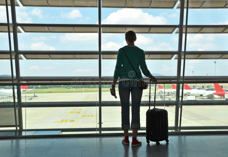 Κορίτσι στον αερολιμένα στοκ φωτογραφία με δικαίωμα ελεύθερης χρήσης
