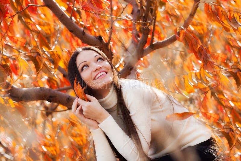 Κορίτσι στον κήπο φθινοπώρου στοκ εικόνες με δικαίωμα ελεύθερης χρήσης