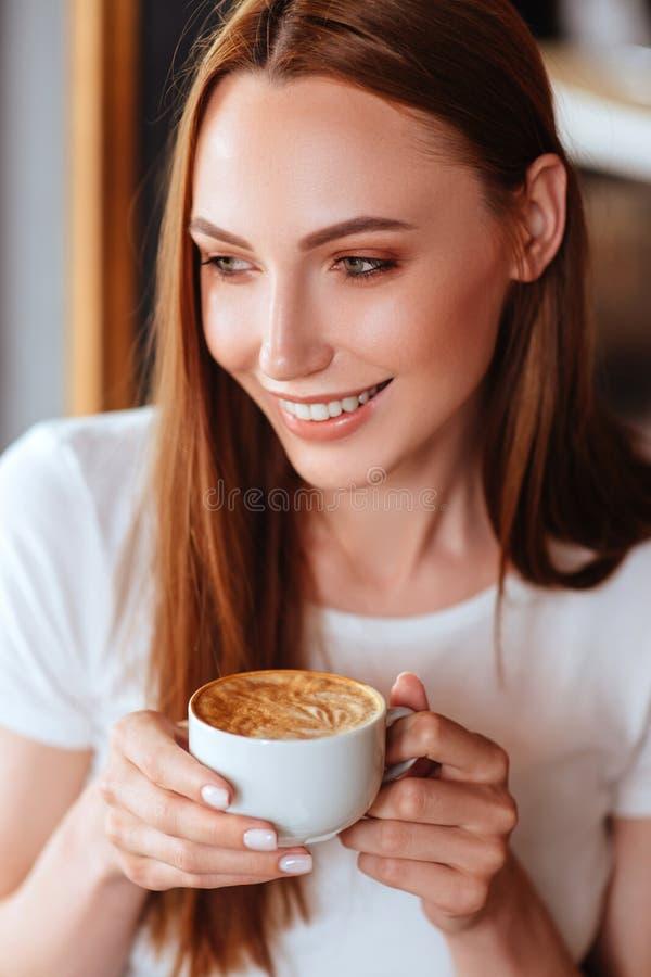 Κορίτσι στον καφέ με το capuccino στοκ φωτογραφίες