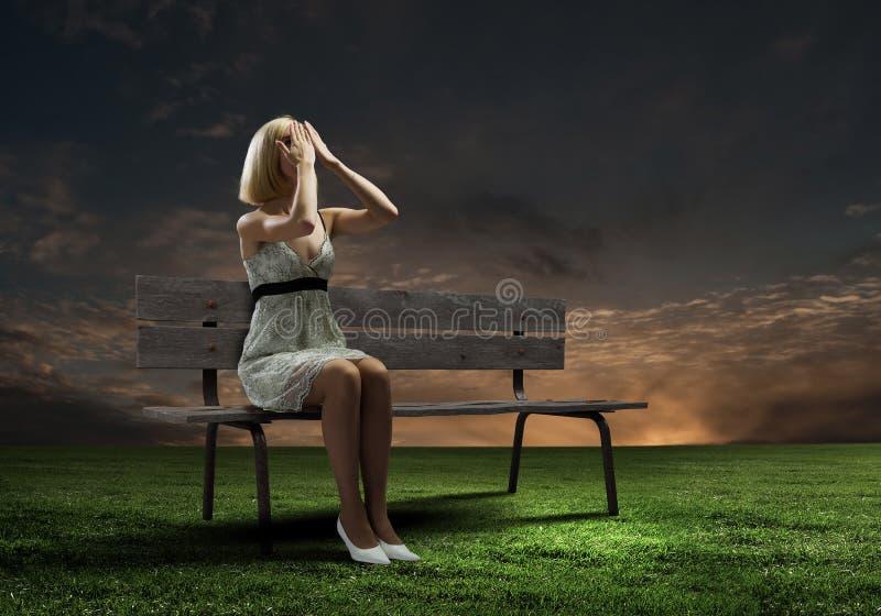 Κορίτσι στον πάγκο στοκ φωτογραφίες με δικαίωμα ελεύθερης χρήσης