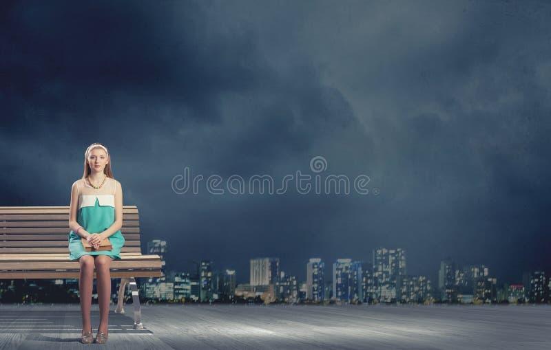 Κορίτσι στον πάγκο στοκ εικόνες
