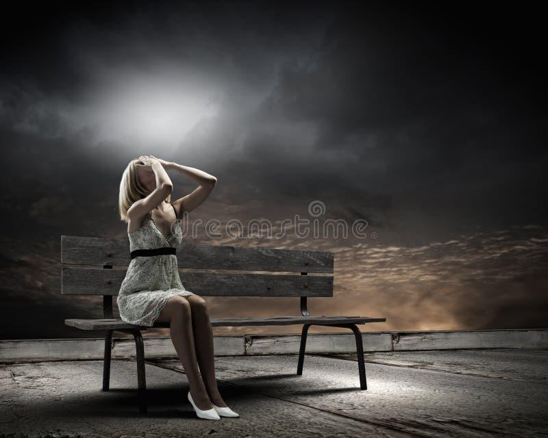 Κορίτσι στον πάγκο στοκ εικόνες με δικαίωμα ελεύθερης χρήσης