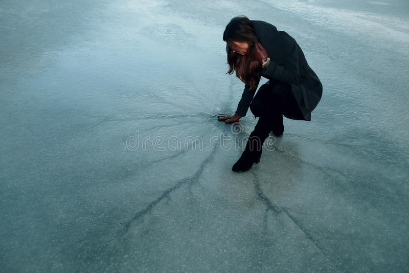 Κορίτσι στον πάγο στοκ φωτογραφία με δικαίωμα ελεύθερης χρήσης
