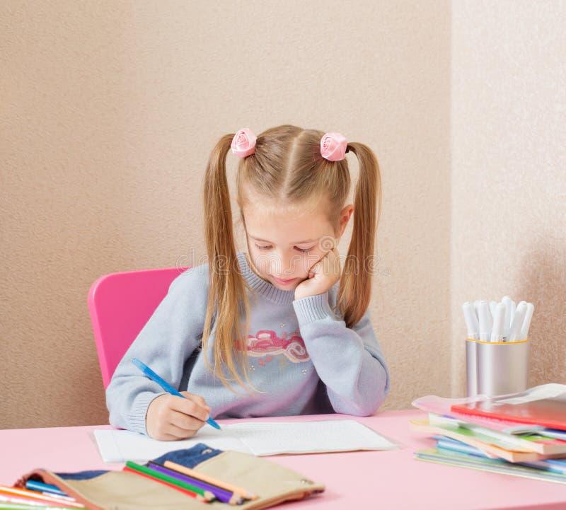 Κορίτσι στον πίνακα στοκ φωτογραφία με δικαίωμα ελεύθερης χρήσης