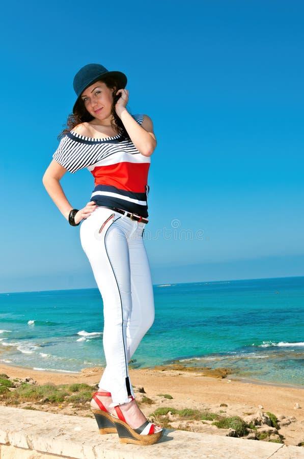Κορίτσι στο άσπρο παντελόνι και το μπλε καπέλο στοκ εικόνες με δικαίωμα ελεύθερης χρήσης