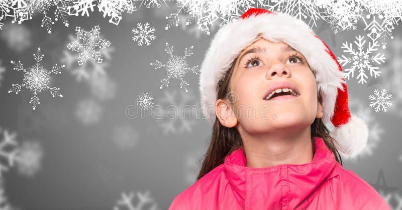 Κορίτσι στο γκρίζο κλίμα με τα Χριστούγεννα Santa που φαίνεται επάνω ναρκωμένη και snowflakes πτώση στοκ εικόνα