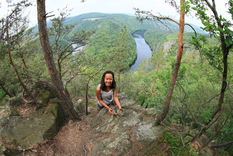 Κορίτσι στο δάσος από την άποψη σχετικά με τον ποταμό Vltava - Vyhlidka Maj στοκ φωτογραφίες με δικαίωμα ελεύθερης χρήσης