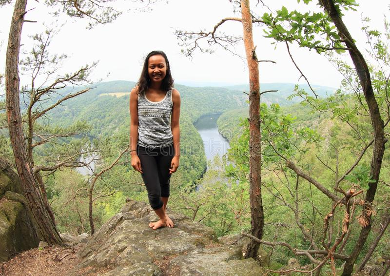 Κορίτσι στο δάσος από την άποψη σχετικά με τον ποταμό Vltava - Vyhlidka Maj στοκ εικόνα με δικαίωμα ελεύθερης χρήσης