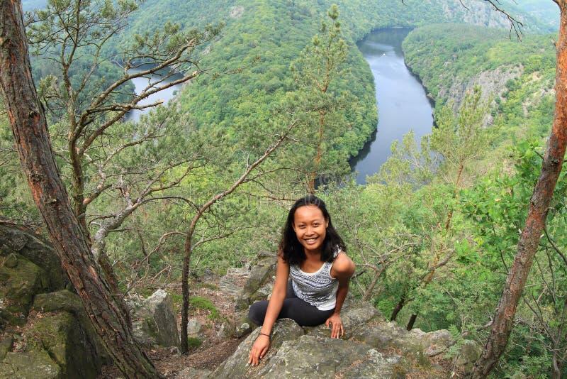 Κορίτσι στο δάσος από την άποψη σχετικά με τον ποταμό Vltava - Vyhlidka Maj στοκ εικόνα