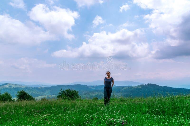 Κορίτσι στο δάσος με το όμορφο τοπίο στοκ φωτογραφία με δικαίωμα ελεύθερης χρήσης