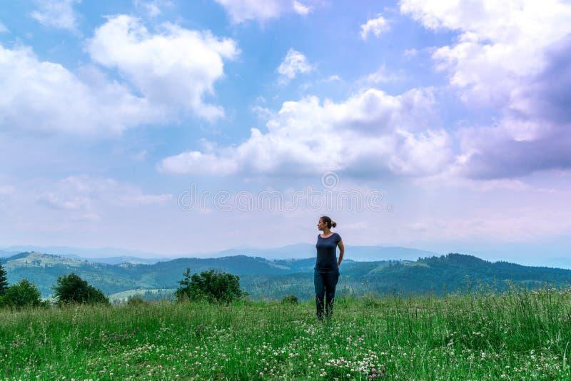 Κορίτσι στο δάσος με το όμορφο τοπίο στοκ εικόνες με δικαίωμα ελεύθερης χρήσης