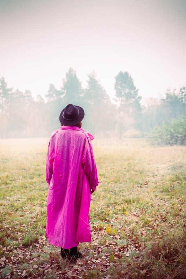Κορίτσι στο εκλεκτής ποιότητας ρόδινο παλτό στοκ εικόνες με δικαίωμα ελεύθερης χρήσης