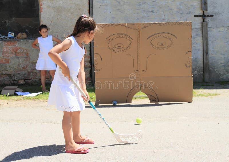 Κορίτσι στο λευκό που εκπαιδεύει floorball στοκ εικόνες