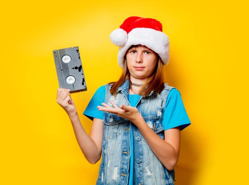 Κορίτσι στο καπέλο Χριστουγέννων με το VHS στοκ εικόνα με δικαίωμα ελεύθερης χρήσης