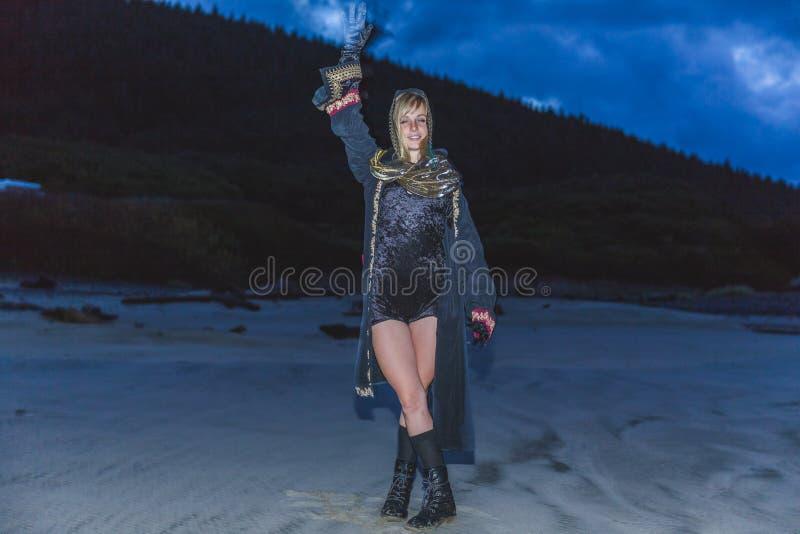 Κορίτσι στο κοστούμι στην παραλία στοκ φωτογραφία με δικαίωμα ελεύθερης χρήσης