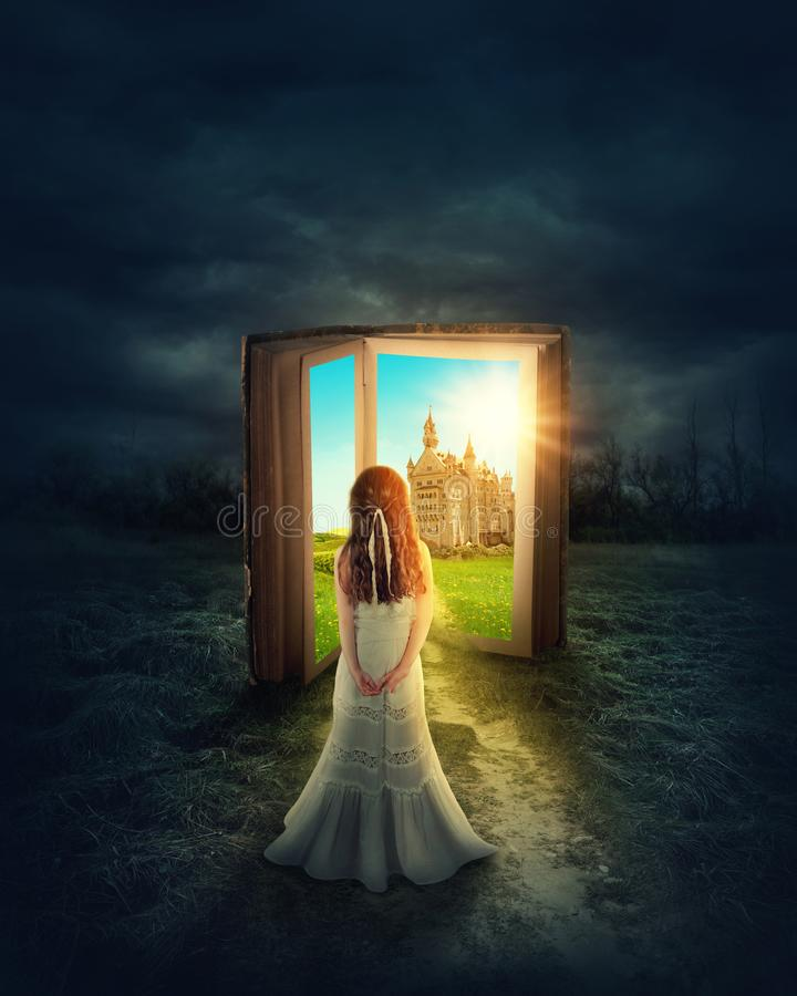 Κορίτσι στο μαγικό έδαφος βιβλίων στοκ φωτογραφία