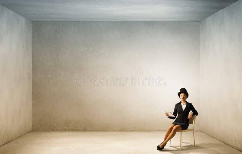 Κορίτσι στο μαύρο κύλινδρο στοκ εικόνα