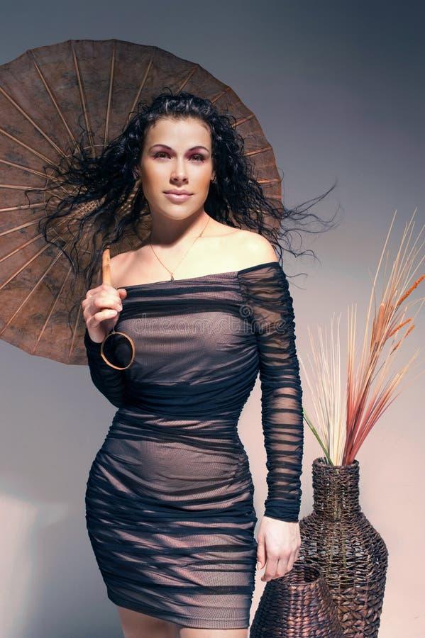 Κορίτσι στο μαύρο φόρεμα βραδιού με τα accesoires στοκ εικόνες με δικαίωμα ελεύθερης χρήσης