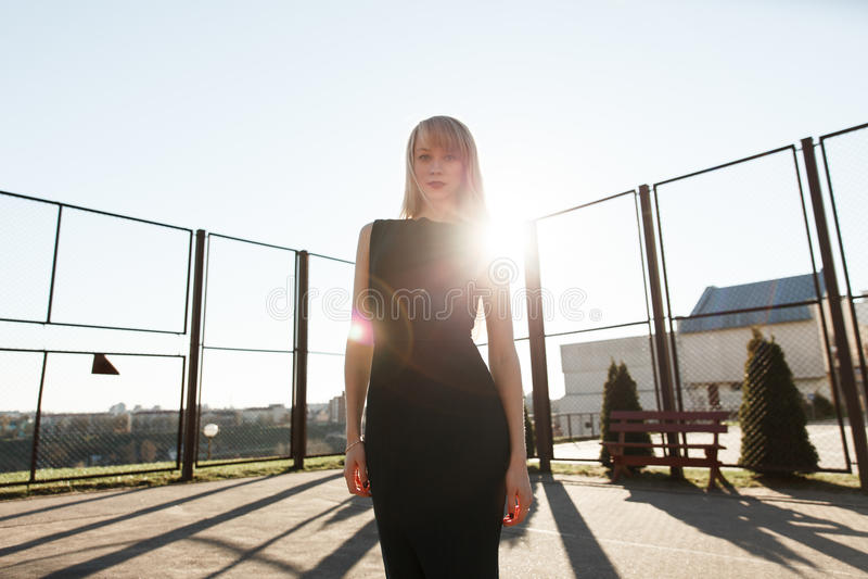 Κορίτσι στο μαύρο φόρεμα σε ένα πάρκο μακριά στοκ εικόνες