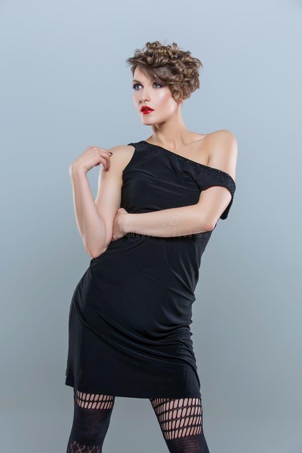 Κορίτσι στο μικρό μαύρο φόρεμα στοκ φωτογραφία με δικαίωμα ελεύθερης χρήσης