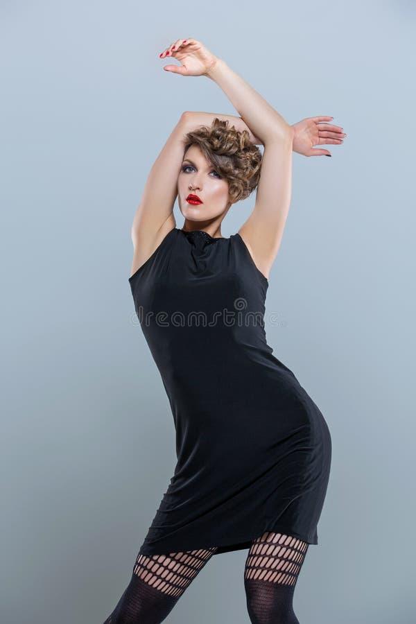 Κορίτσι στο μικρό μαύρο φόρεμα στοκ εικόνες