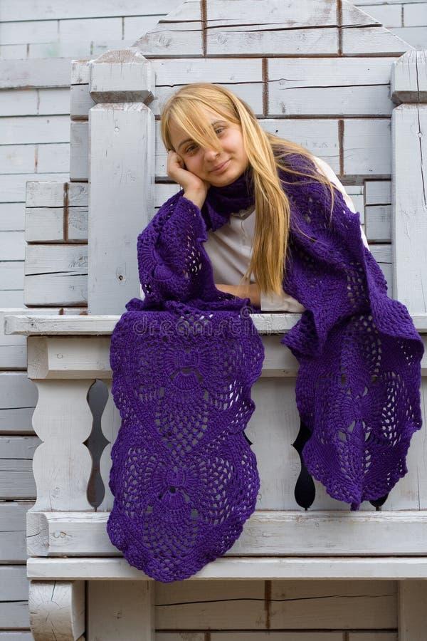 Κορίτσι στο μπαλκόνι στοκ φωτογραφίες με δικαίωμα ελεύθερης χρήσης
