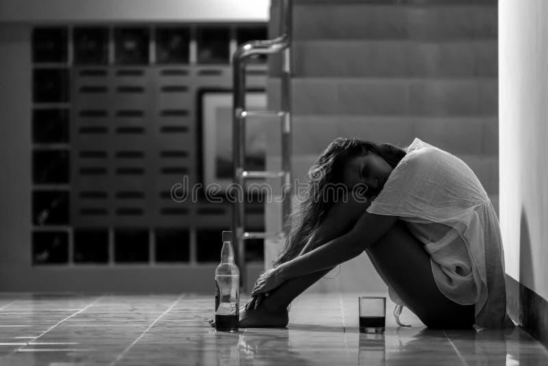 Κορίτσι στο οινόπνευμα κατανάλωσης κατάθλιψης στη μοναξιά στοκ φωτογραφίες