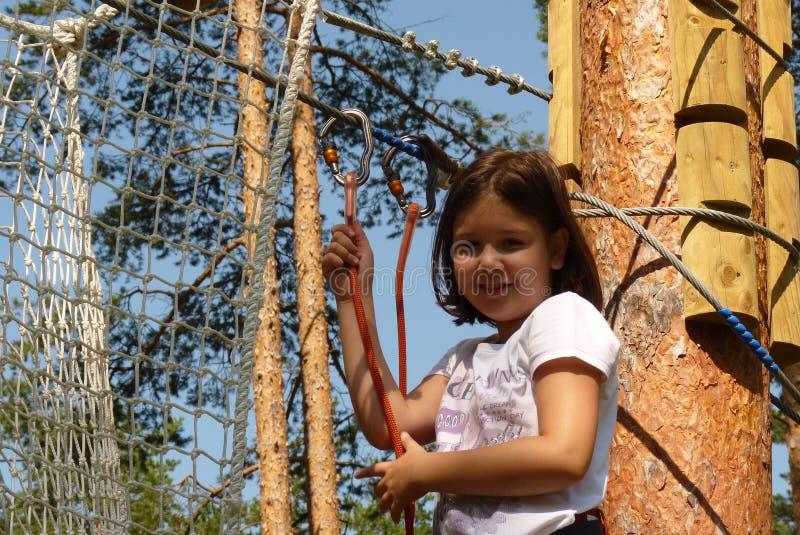 Κορίτσι στο πάρκο περιπέτειας στοκ φωτογραφία