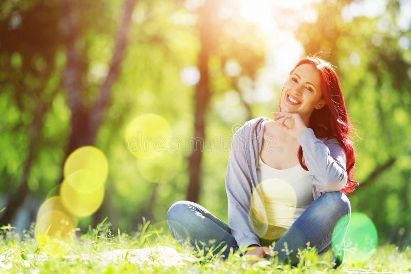 Κορίτσι στο πάρκο στοκ εικόνα με δικαίωμα ελεύθερης χρήσης