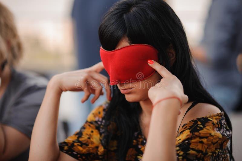 Κορίτσι στο παίζοντας παιχνίδι μαφιών μασκών στοκ φωτογραφία με δικαίωμα ελεύθερης χρήσης