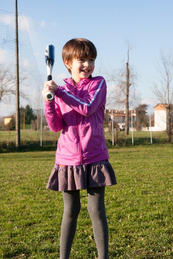Κορίτσι στο παιχνίδι πάρκων baselall στοκ φωτογραφίες με δικαίωμα ελεύθερης χρήσης