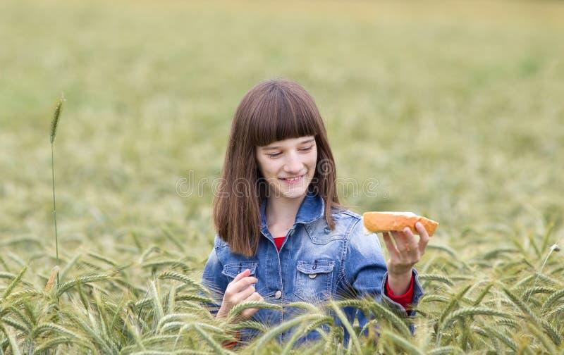 Κορίτσι στο πεδίο σίτου στοκ φωτογραφία
