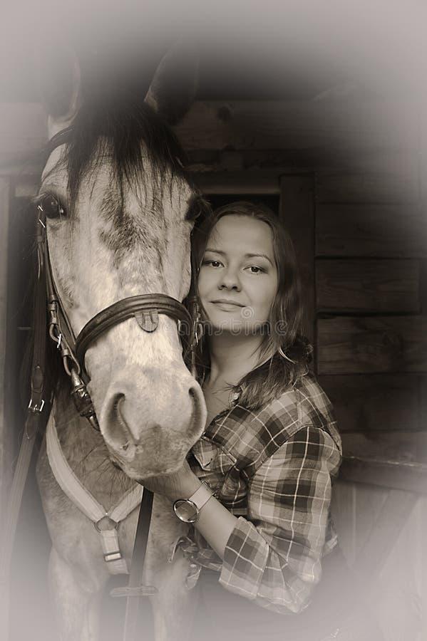 κορίτσι στο πουκάμισο καρό με ένα άλογο στοκ φωτογραφία με δικαίωμα ελεύθερης χρήσης