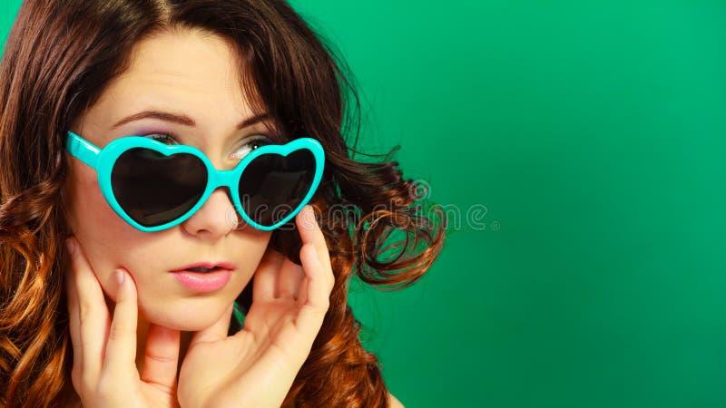 Download Κορίτσι στο πράσινο πορτρέτο γυαλιών ηλίου Στοκ Εικόνες - εικόνα από καρδιά, μοντέρνος: 62706270