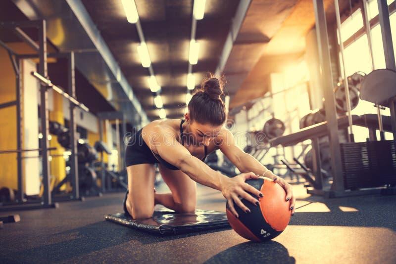 Κορίτσι στο τραίνο γυμναστικής με τη σφαίρα στοκ εικόνες με δικαίωμα ελεύθερης χρήσης