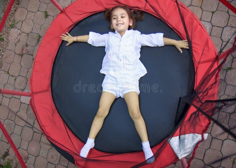 Κορίτσι στο τραμπολίνο στοκ εικόνες με δικαίωμα ελεύθερης χρήσης
