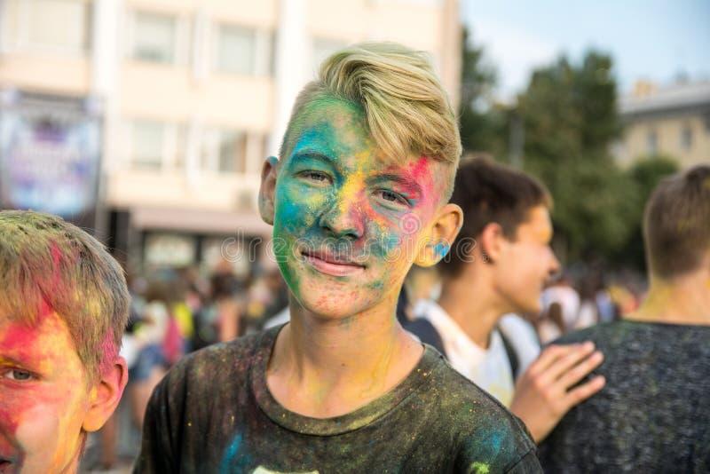Κορίτσι στο φεστιβάλ των χρωμάτων στοκ φωτογραφία με δικαίωμα ελεύθερης χρήσης