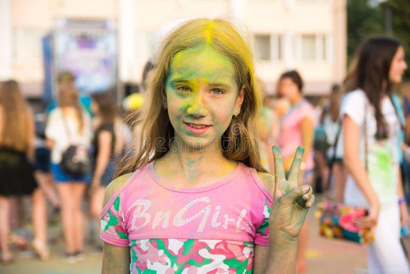 Κορίτσι στο φεστιβάλ των χρωμάτων στοκ εικόνες με δικαίωμα ελεύθερης χρήσης
