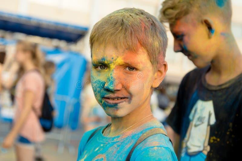 Κορίτσι στο φεστιβάλ των χρωμάτων στοκ εικόνες