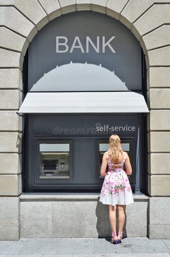 Κορίτσι στο ATM στοκ φωτογραφία με δικαίωμα ελεύθερης χρήσης