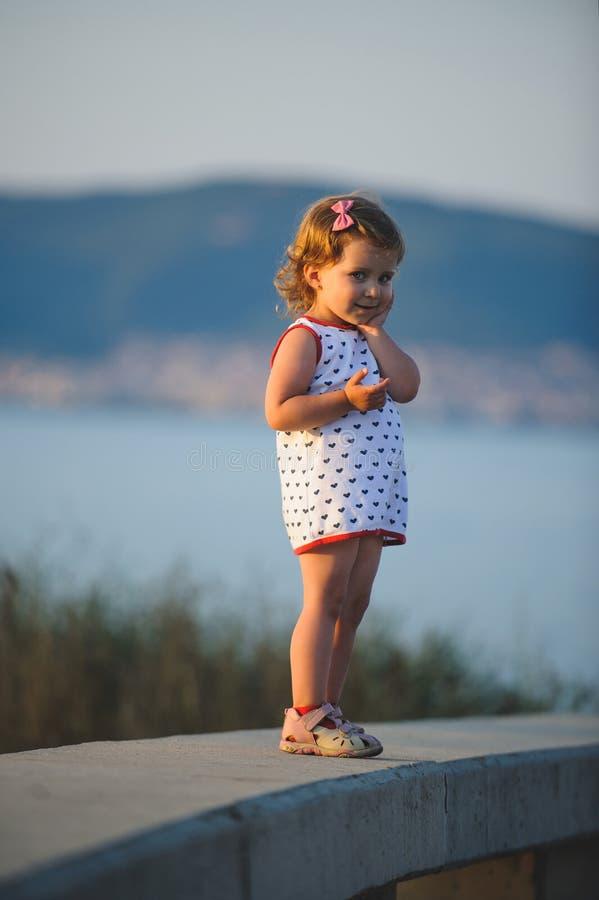 Κορίτσι σχετικά με το μάγουλο στοκ φωτογραφίες