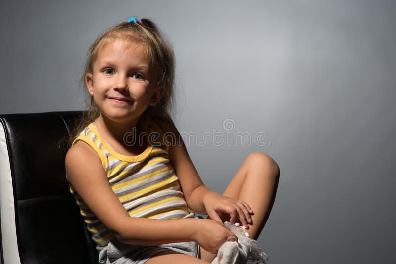Κορίτσι τέσσερα έτη σε μια καρέκλα στοκ φωτογραφία με δικαίωμα ελεύθερης χρήσης